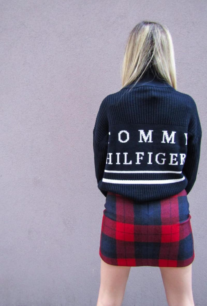 Maglia blu e bianca stile college con monogramma Tommy Hilfiger